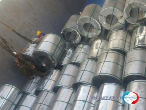 Đội bốc dỡ tiến hành bốc xếp từng cuộn sắt thép vào khoang sà lan - Dịch Vụ Hải Quan Trọn Gói - XNK Đại Kim Phát