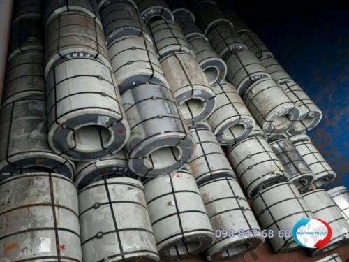 Khoang sà lan với các cuộn sắt thép dần được xếp đầy - Dịch Vụ Hải Quan Trọn Gói - XNK Đại Kim Phát