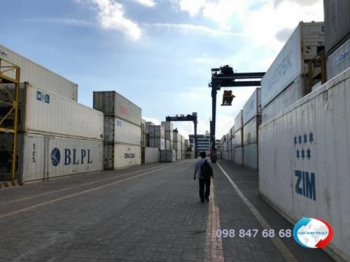 Nhân viên Dịch Vụ Hải Quan Trọn Gói - XNK Đại Kim Phát luôn có mặt giám sát từng khâu trong quy trình nhập khẩu thủy sản đông lạnh, thủy sản tươi sống cho quý doanh nghiệp