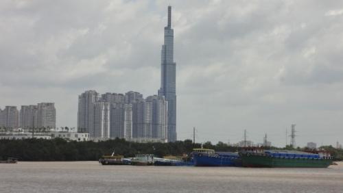 Sà lan vận chuyển container cập cảng Bến Nghé