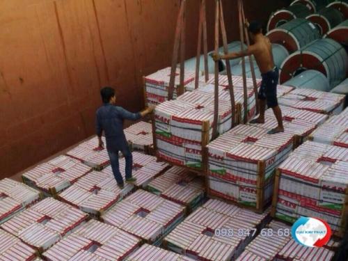 Bốc xếp từng kiện hàng gạch tráng men xuống lòng sà lan - từ dịch vụ vận chuyển hàng hóa bằng sà lan của Dịch Vụ Hải Quan Trọn Gói - XNK Đại Kim Phát